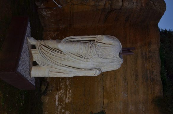 Interchangeable statues: Old ruler out, swap out the head for the new ruler.