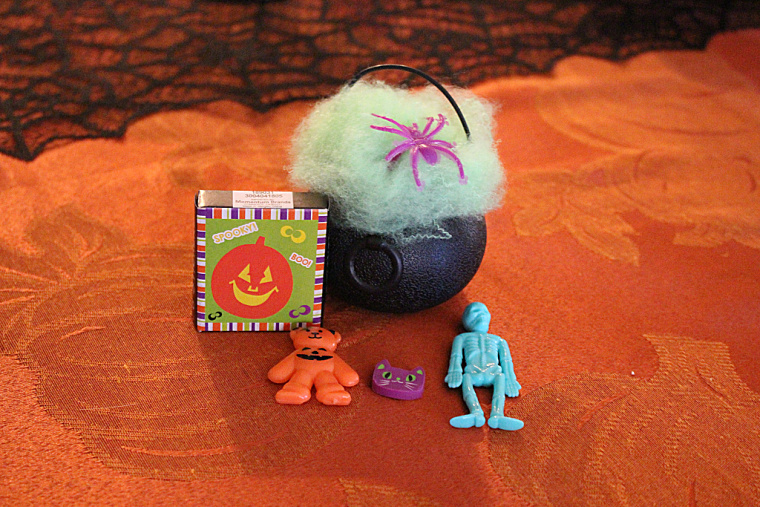 halloween Class favors- www.mommininapinch.com/halloween-favors/ #halloween
