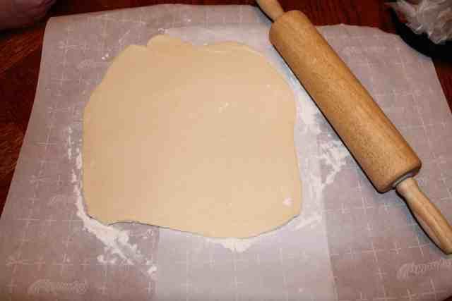 the best flaky pie crust recipe - www.momwithcookies.com #piecrust #piecrustrecipe #recipe #flakypiecrust