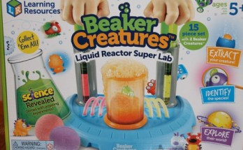 Beaker Creatures Lab Review - www.momwithcookies.com #beakercreatures #beakercreaturesreview #sciencetoys #stemtoys #toyreview #toys #science #educationaltoys #learningtoys