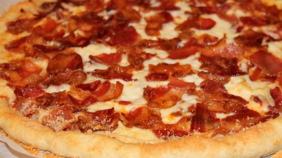 Easy Bacon Pizza - www.momwithcookies.com #pizza #baconpizza #easypizza #homemadepizza #bacon #recipeswithbacon #pizzawithbacon #easydinner #easymealideas #baconcheesepizza