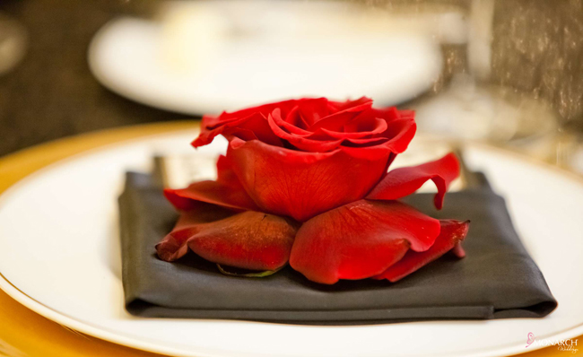 Red-roses-place-setting-black-napkin-US-Grant-Wedding