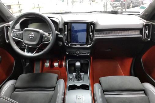 Volvo XC40 T3 Momentum R Design planche de bord