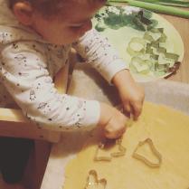 Préparer des bredele avec un enfant de moins de 2 ans