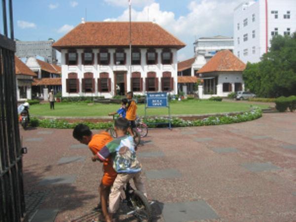 Gedung Arsip Nasionla, anak bermain sepeda, bangunan tua di jalan Gajah Mada