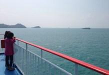 menatap laut biru