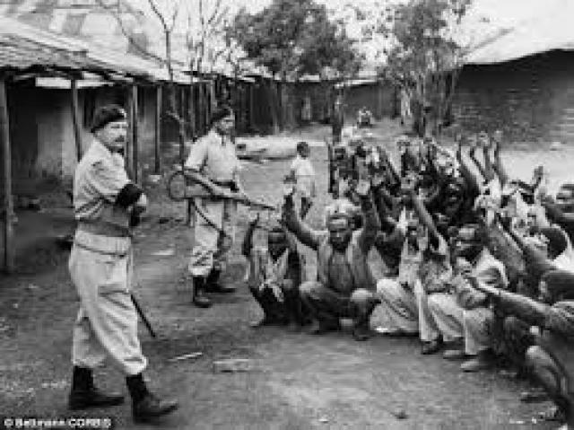 Homens quenianos capturados em campos britânicos no Quênia