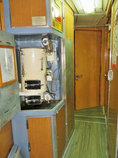 O galão de água quente em frente ao banheiro da terceira classe do trem da transiberiana