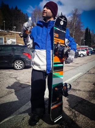 Tiago com uma garrafa de bebida e o snowboard em mãos antes de começar a esquiar na República Tcheca