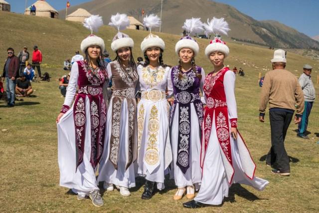 mulheres do quirguistão em vestidos tradicionais