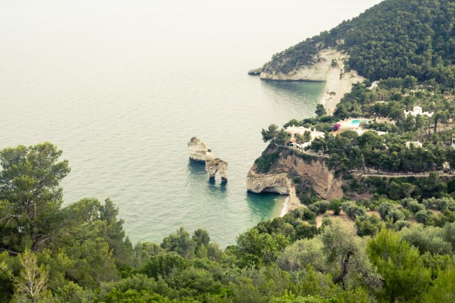 O arco de pedra na Baia dei Zagare, Gargano na Puglia