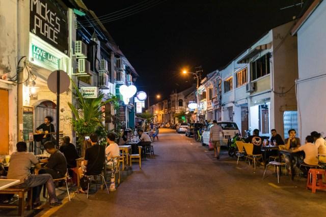 pessoas nos bares e restaurantes da Love Lane, em Penang, Malásia