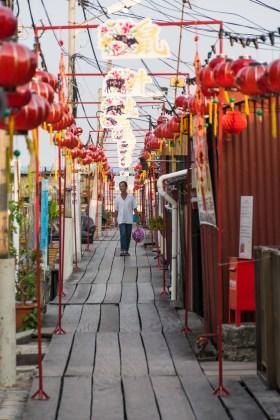 Um homen em um palafita chinês na ilha de Penang