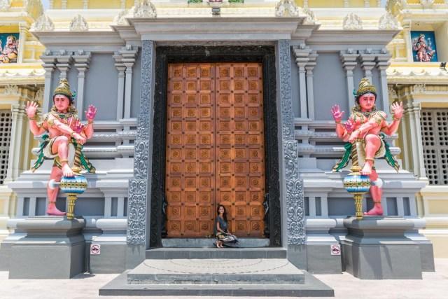 Fernanda na entrada de um templo budista
