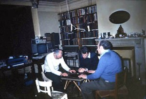 Researcher Kenneth BATCHELDOR conducts an experiment in  table-moving by PK  [photo 2 of 4]      Date: 26 April 1984