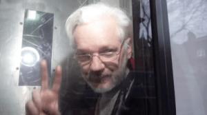 Alors que la parodie de justice se poursuit, Julian Assange ne peut comparaitre à une audience du tribunal pour raisons de santé