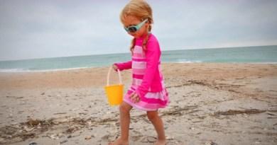 divertimenti sulla spiaggia raccogliere conchiglie