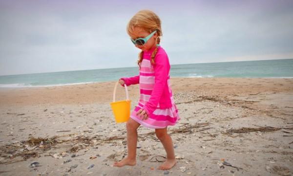 divertimenti in spiaggia raccogliere conchiglie