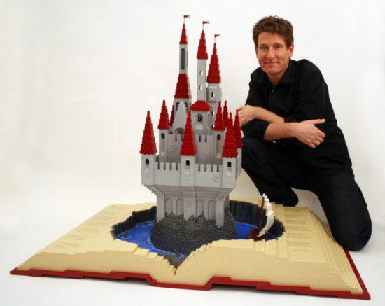 Nathan sawa mattoncini Lego castello