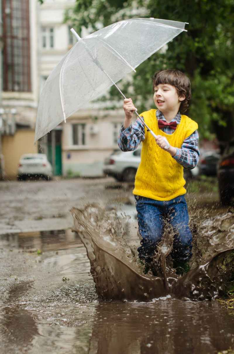 Avventure all'aperto, camminare sotto la pioggia