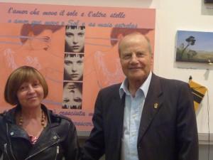 P1180405, Esposizione Il Mondo in italiano, Il Gen.Arena assiema alla pittrice Craça Morais, giugno 2014