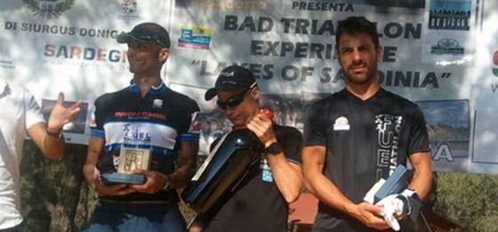 Il podio maschile del 1° Triathlon Olimpico Lago del Mulargia (Foto: www.nlsport.it)
