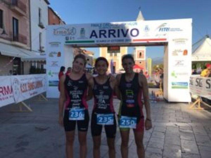 Alessandra Tamburri (Minerva Roma) vince il Triathlon di Scario 2017 davanti alla compagna di squadra Michela Pozzuoli e Ayguasanosa Mertixel Velasco (Raschiani Triathlon Pavese)