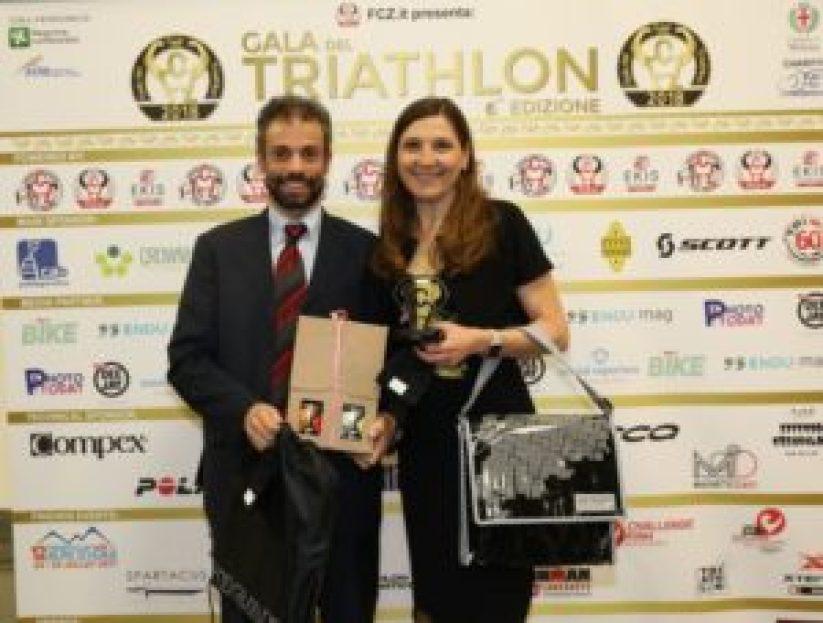 Al Gala del Triathlon 2018 Elisabetta Villa e Alessandro Valenti sono i vincitori del Premio Kona. Loro sono i KONiugi del triathlon, entrambi alle Hawaii per il Campionato del Mondo 2017 ed entrambi finisher (Foto ©Sergio Tempera)