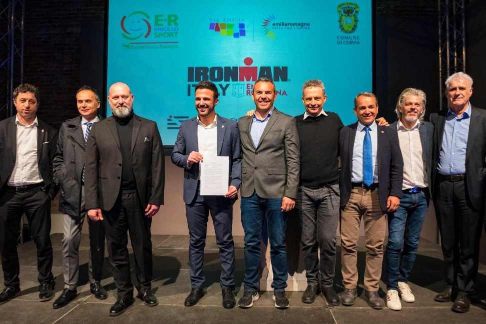 La firma ufficiale tra Comune di Cervia, Regione Emilia Romagna e IRONMAN Italy, che sancisce il prolungamento della partnership fino al 2022 (Foto ©FCZ.it Mondo Triathlon / Roberto Del Bianco).