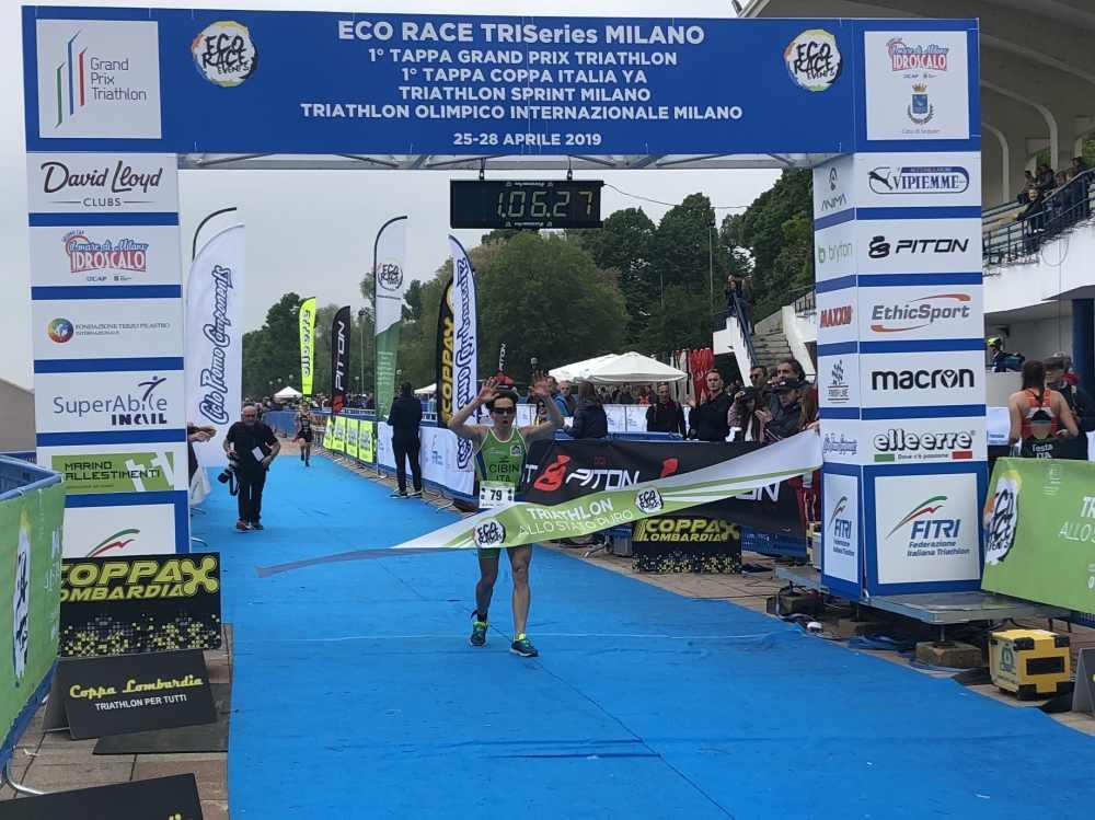 Monica Cibin (Valdigne Triathlon), prima al traguardo  del Triathlon Sprint Eco Race Milano 2019.