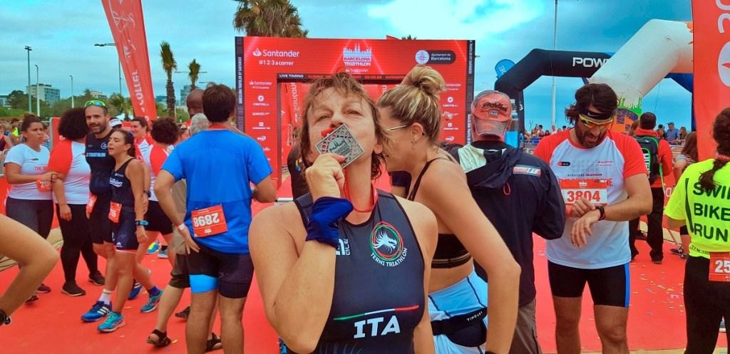 Il bacio che suggella la sfida vinta: Gianna Nannini diventa triatleta al Barcelona Triathlon domenica 6 ottobre 2019!