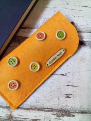 """Brillenetui """"Yellow Button"""" von Mondspinne"""