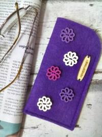 "Brillenetui/ Filzetui ""Blüten"" (lila), aus Filz mit Blüten aus Holz - Mondspinne"