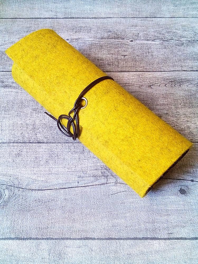 """Stifterolle """"Curry"""" (gelb-braun) aus Wollfilz und Ziegenleder - MONDSPINNE"""