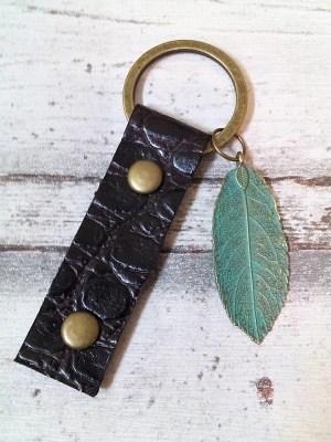 """Schlüsselanhänger """"Blatt"""" (braun-türkis) von MONDSPINNE"""