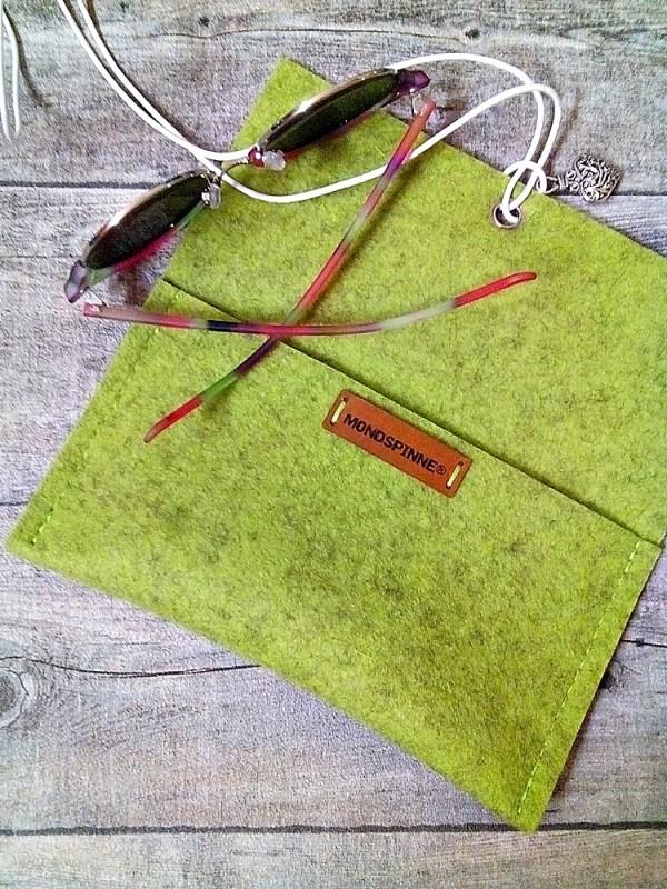 Brillentasche Brillenetui Filztasche Herz grün grünmeliert greenery aus Wollfilz und Leder mit Herz-Anhänger - Mondspinne
