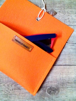 "Brillentasche ""Herz"" (orange) aus Wollfilz & Leder - MONDSPINNE"