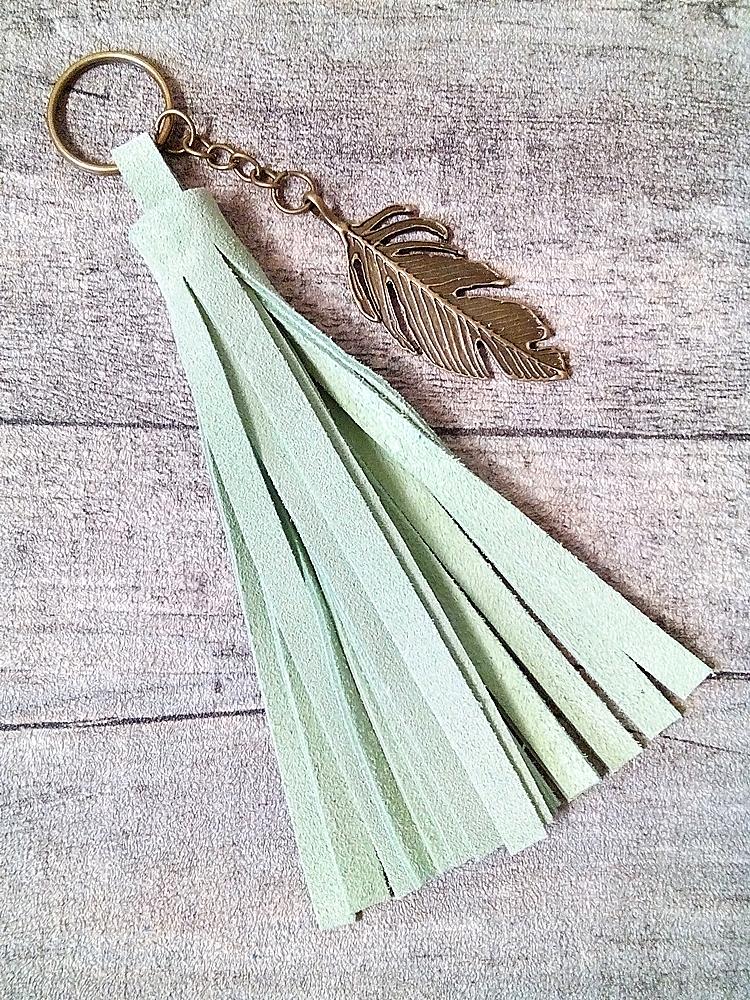 Schlüsselanhänger/ Lederquaste Feder hellgrün Rindswildleder