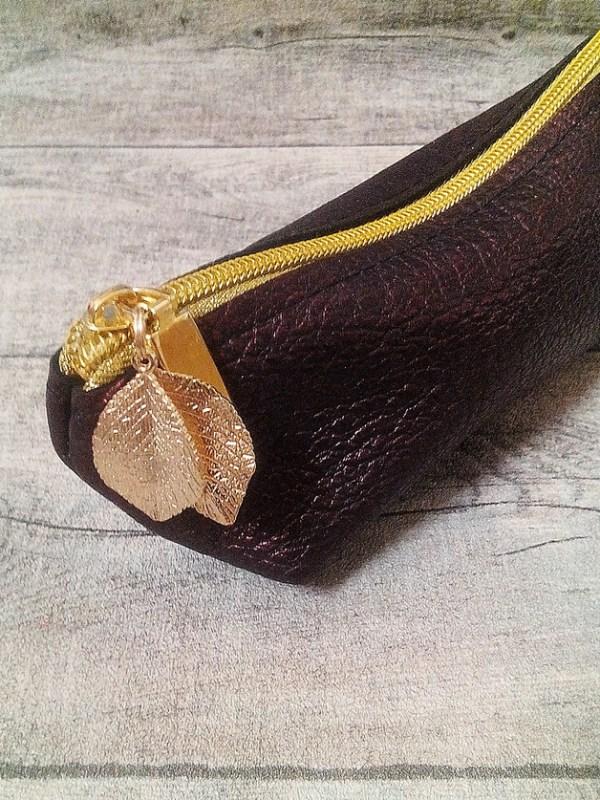 """Federmäppchen """"Glamour"""" (weinrot-gold) mit Boden mit Charm Blätter aus Kalbsleder - MONDSPINNE"""