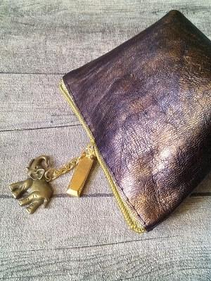 Kosmetiktasche Glamour mit Boden klein braun-gold mit Charm-Anhänger Elefant aus Ziegenleder - MONDSPINNE