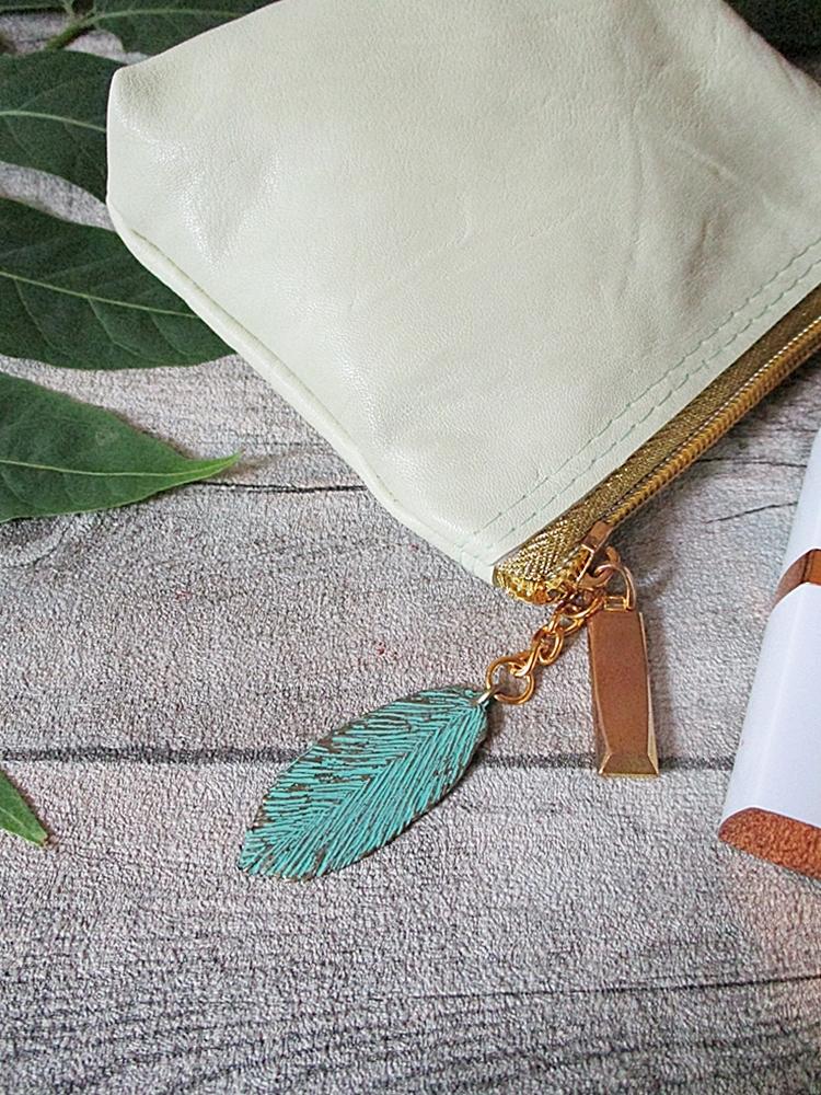 Kosmetiktasche Glamour mit Charm Blatt mit Boden pastellgrün-gold aus Ziegenleder - MONDSPINNE