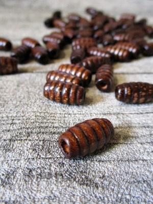 Holzperle oval olivenförmig gerillt braun 15mm lang dickste Stelle 8 mm Lochgröße 3 mm - MONDSPINNE