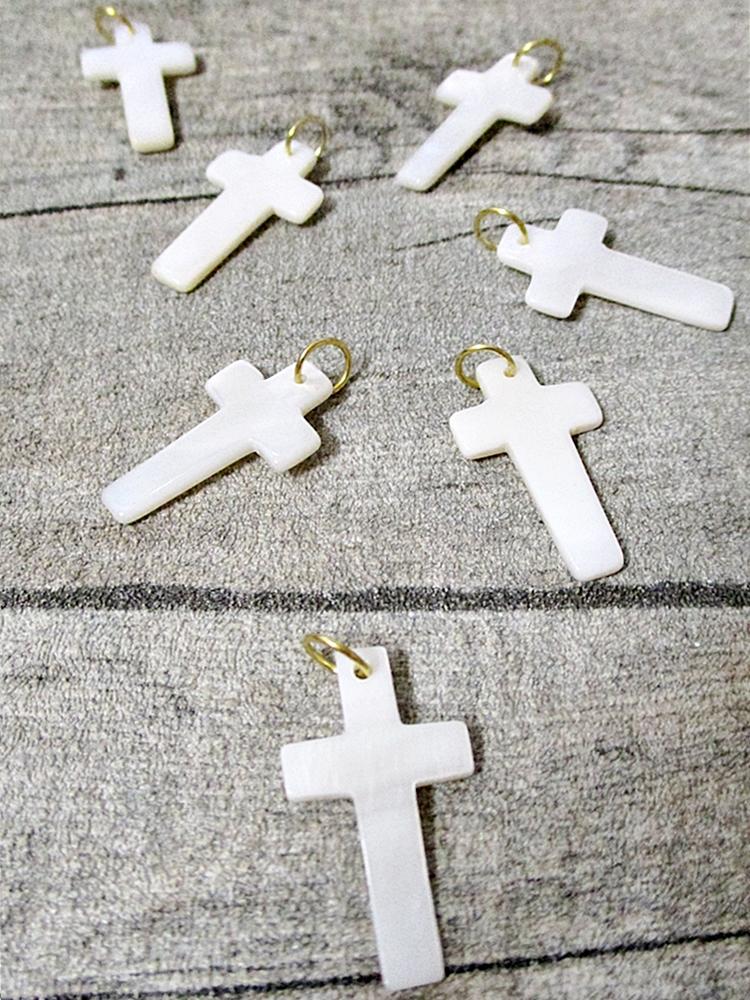 Kreuz Anhänger mit Ring perlmutt weiß goldfarben 25x15 mm - MONDSPINNE