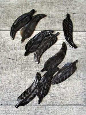 Anhänger Feder Horn geschnitzt schwarz braun 5,5x1,5 cm Fädelloch knapp 2 mm - MONDSPINNE
