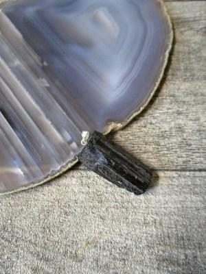 Turmalin Rohkristall Anhänger schwarz glänzend matt 30-45 mm silberfarbene Öse - MONDSPINNE