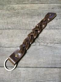 Schlüsselanhänger Rindsleder braun messing geflochten genietet 2,5x21,5 cm - MONDSPINNE