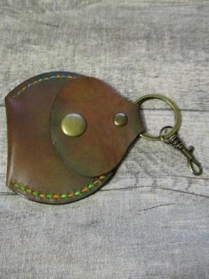Schlüsselanhänger mit Börse Metall Rindsleder altmessing braun grün rot gelb blau changierend meliert - MONDSPINNE