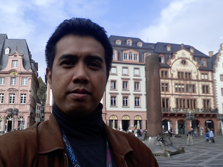 I was at Frankfurt for work. My company participated in Frankfurt Book Fair 2014. Taking a stroll at the Romer Platz.