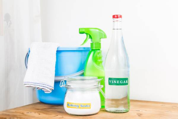 Basic cleaners - white vinegar, baking soda