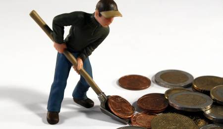 man digging coins Exchange-traded funds: a step-by-step guide